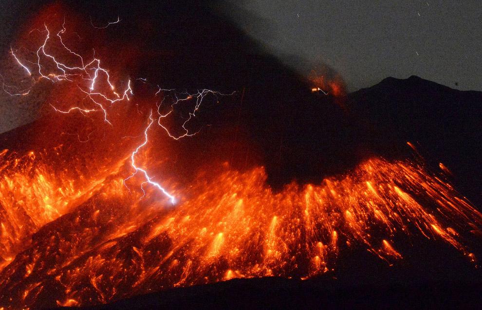 Охрана не пропускает безбашенных людей к вулкану Эрта Але, расположенному в удалённом районе Аф