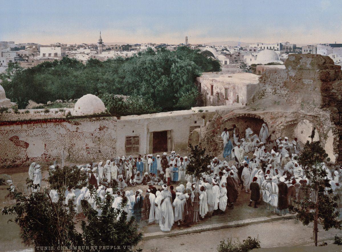 Выступление заклинателя змей в Тунисе.