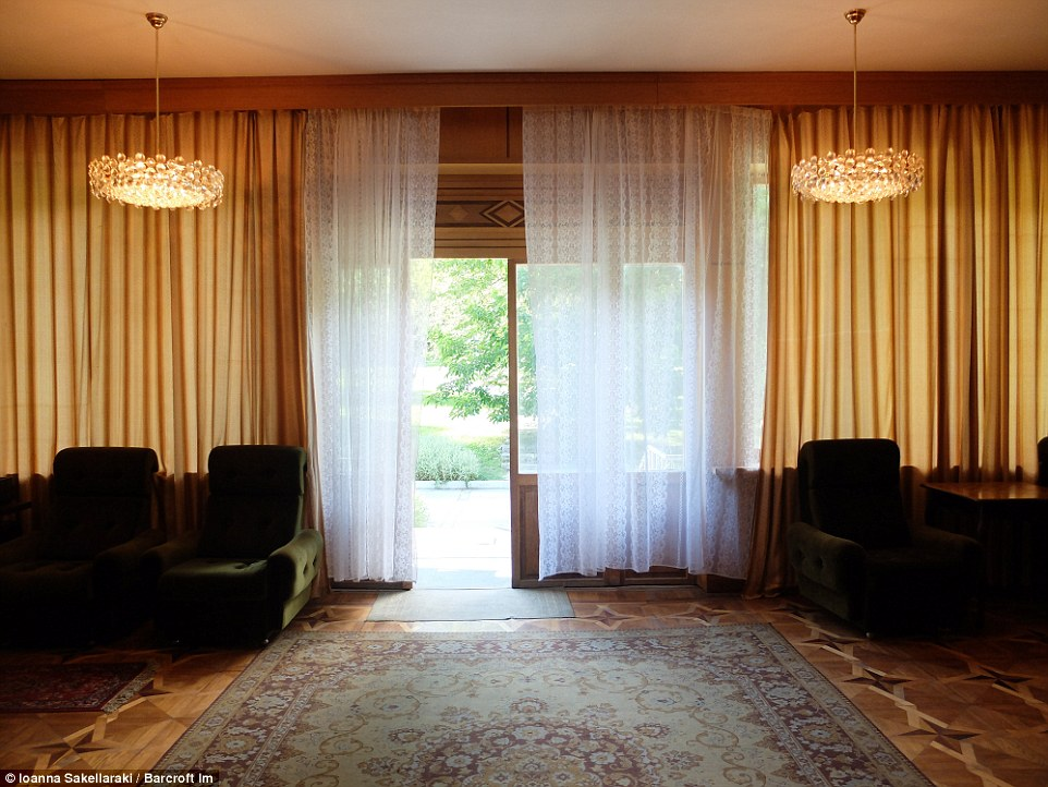 В доме несколько спален, кинозал, зал для приемов, библиотека, игровая комната с бильярдными столами