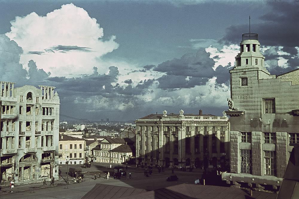 9. Площадь М.С. Тевелева в оккупированном Харькове (в настоящее время — площадь Конституции). Слева