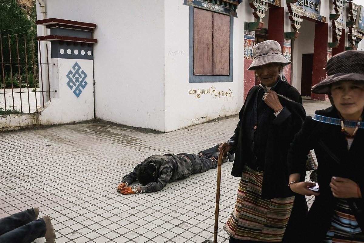 5. Найти дорогу к монастырю оказалось несложно — туда уже стекались местные жители, чтобы отметить п
