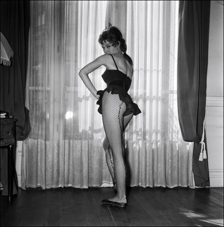 18-летняя Брижит позировала в коротенькой юбке и чулках в сеточку, а помимо балетных поз демонстриро