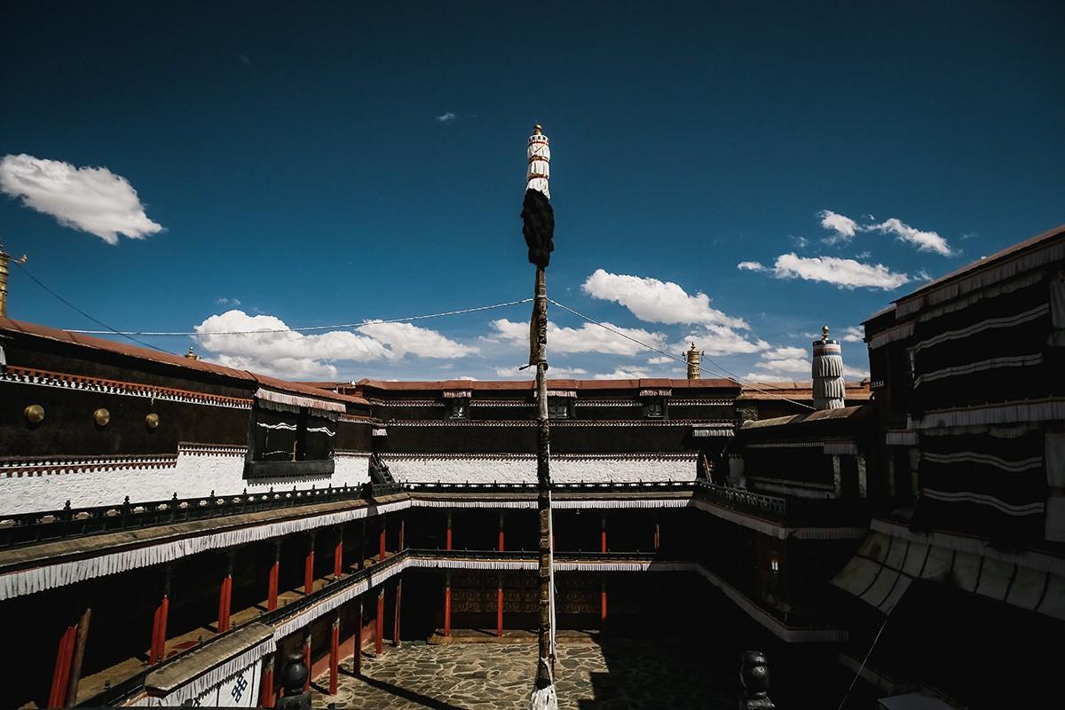 24. Во внутреннем дворе главного храма, как обычно, стоит высокое Древо жизни.