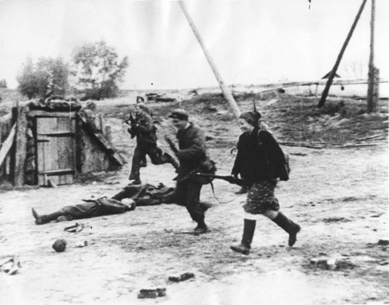 Советские партизаны освобождают деревню.jpg