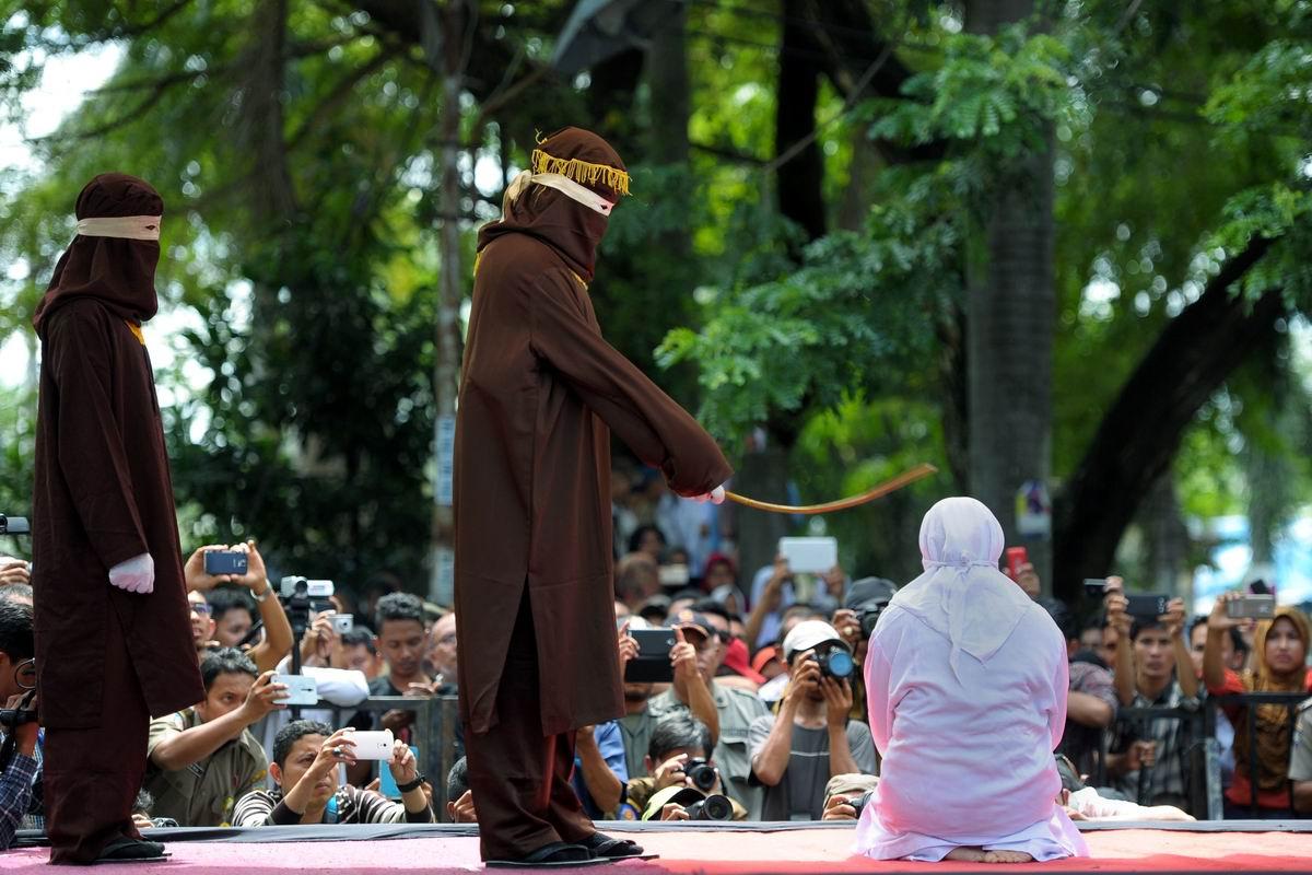Индонезийские нравы: 100 ударов палкой за внебрачную половую связь