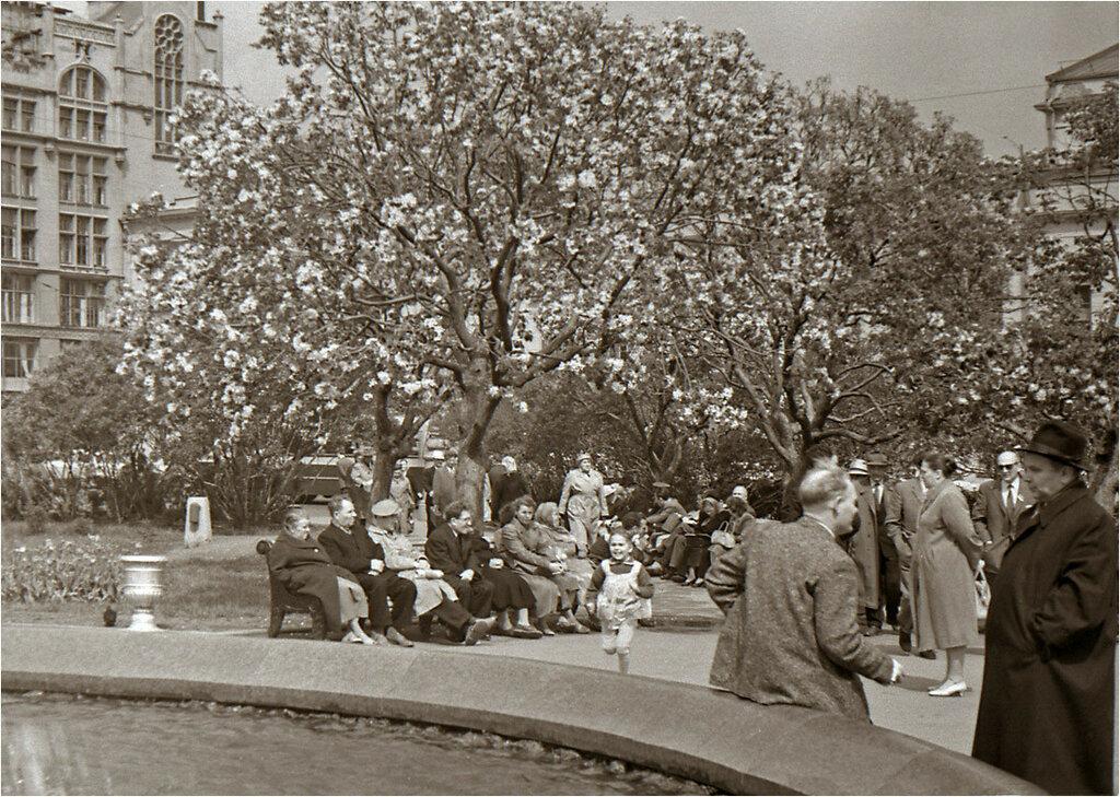 У Большого театра. 1959 год.jpg