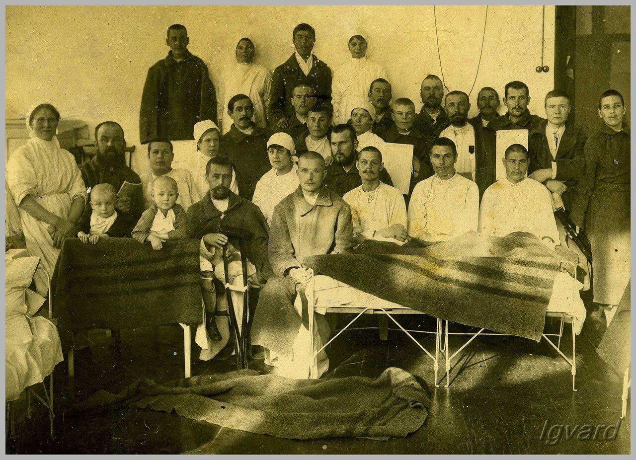 Военный госпиталь. Средний ряд, четвертая слева – Легуш Мария Степановна. 1917