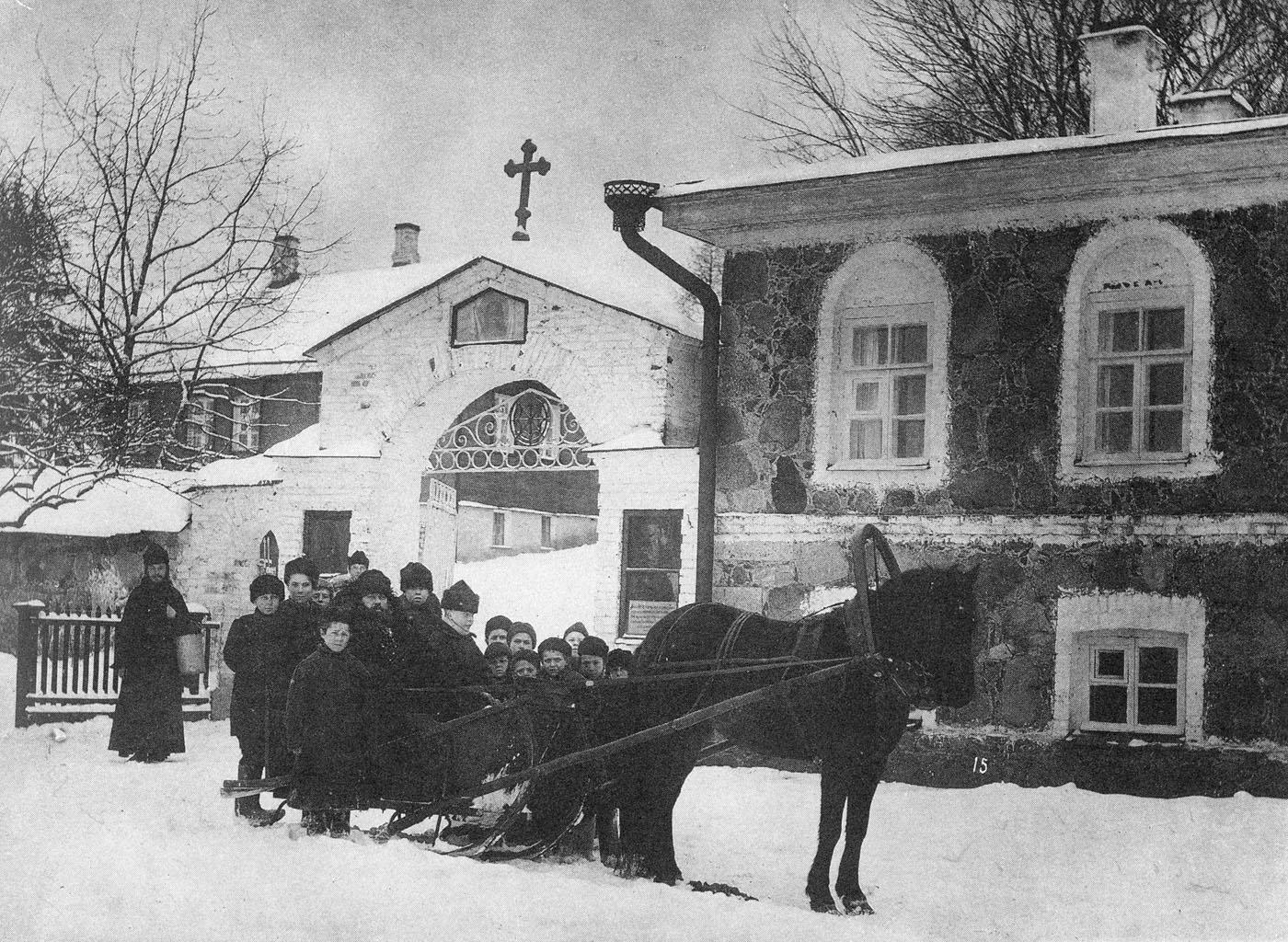 Монахи с учениками Церковно-приходской школы у ворот Череменецкого Иоанно-Богословского монастыря