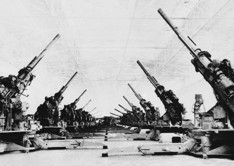 1944. 1 июня. Огромные зенитные орудия, новое мощное высотное оружие армии США, складированы в конце сборочного стана Гранд-Рапидс цеха штамповки завода Fisher Body