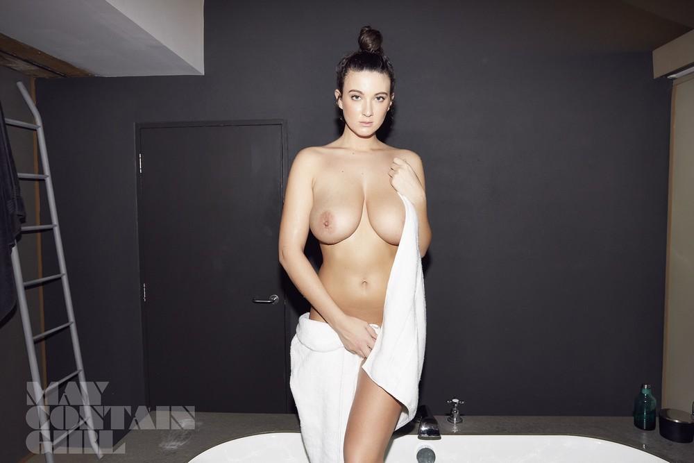 Голая Джои Фишер позирует в ванной