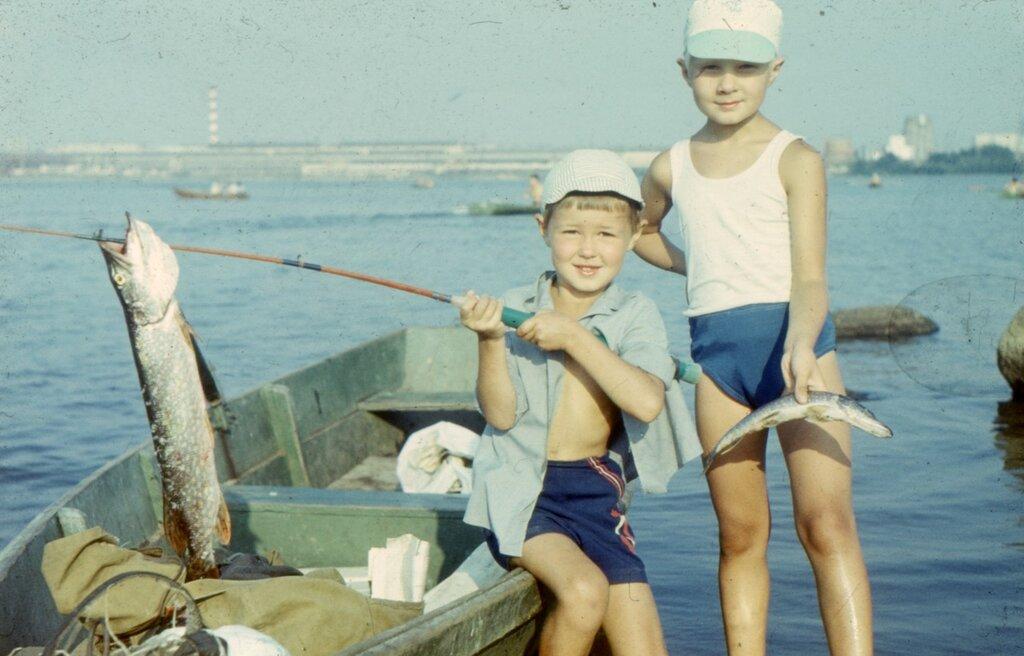 Свердловск, Верх-Исетский пруд, рыбалка. Начало 1980-х. Улов, большая щука брату попалась