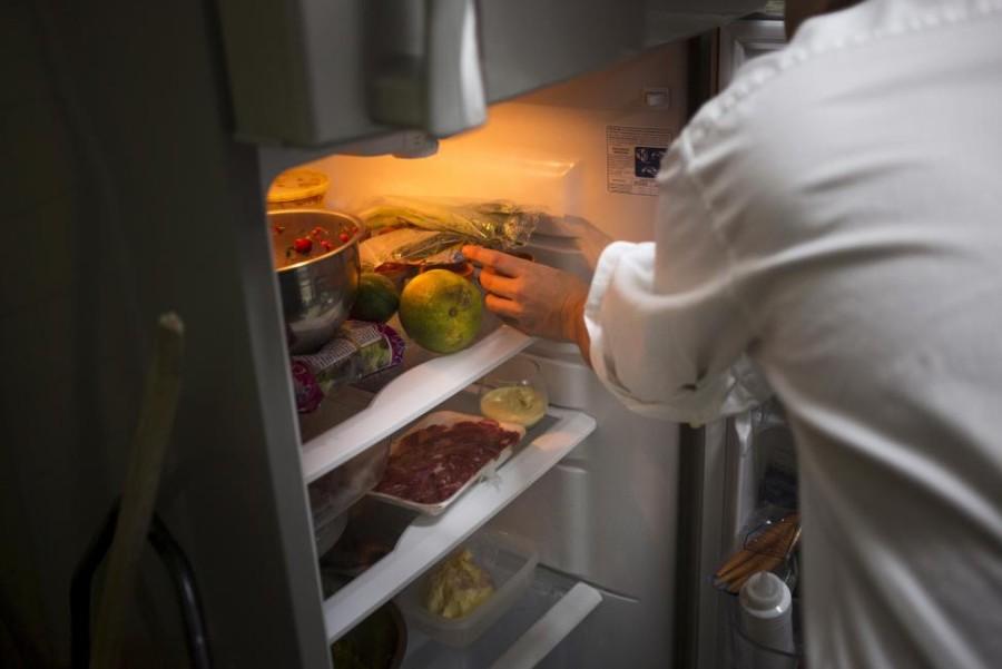 12. Шеф-повар достает продукты из холодильника.