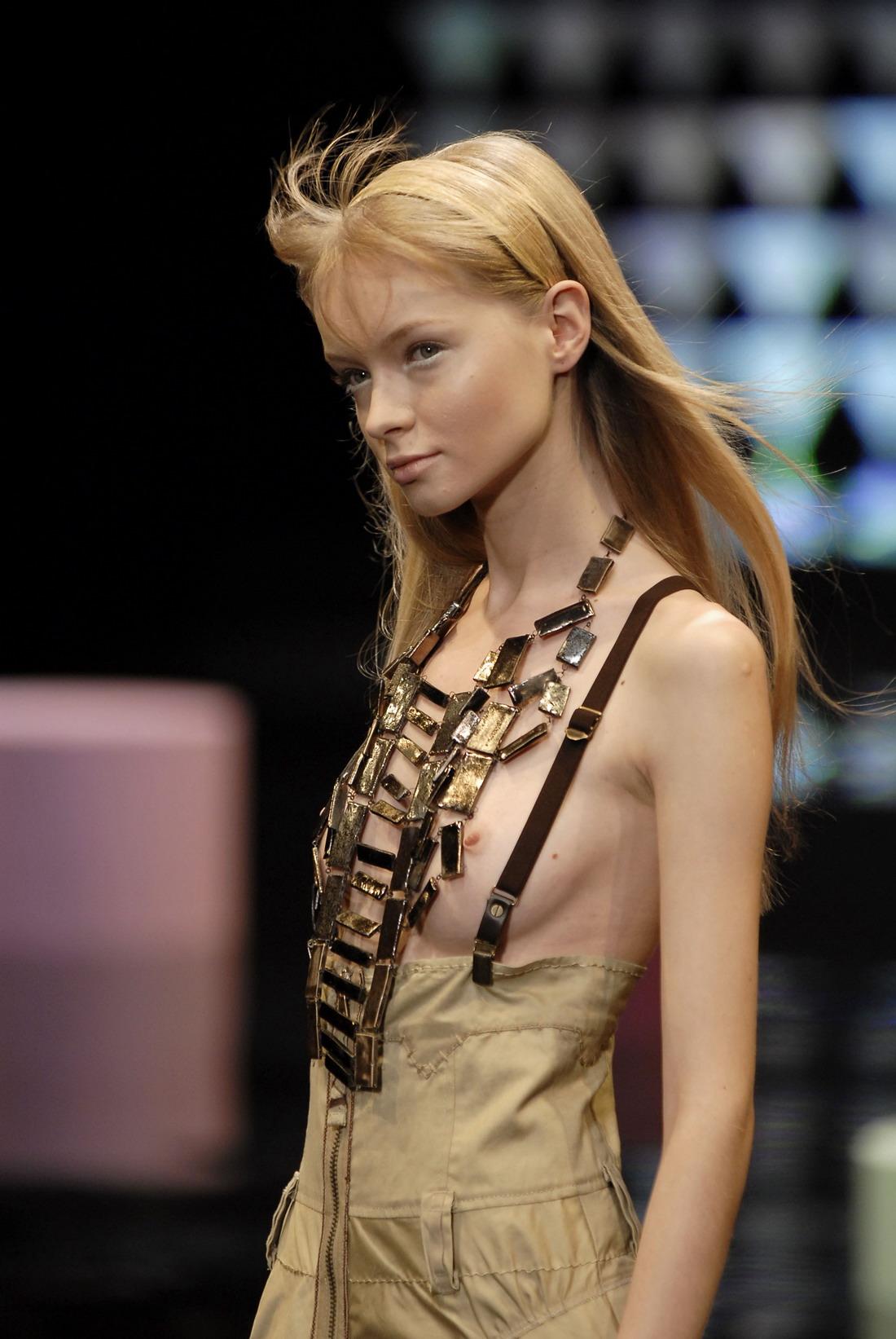 おっぱい丸出しの海外ファッションショーのエロ画 …