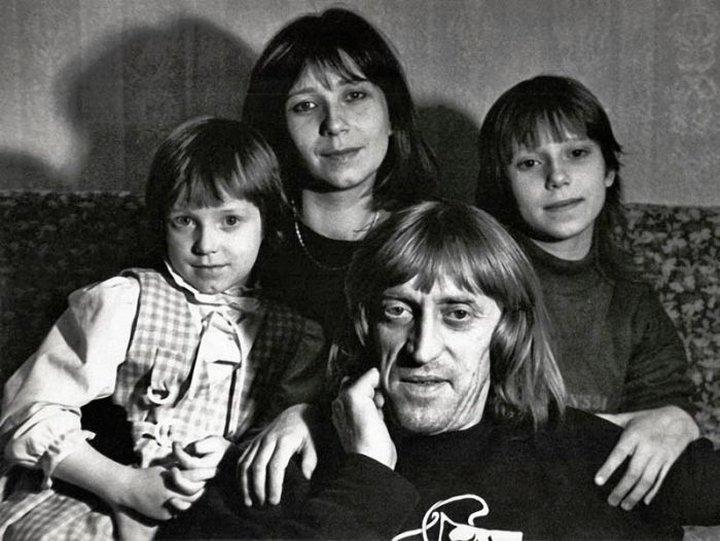 17. Виктор Авилов с женой Галиной и дочерьми Олей и Аней