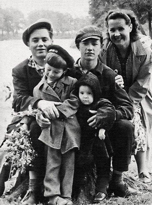 23. Юрий Шевчук с родителями и сестрой