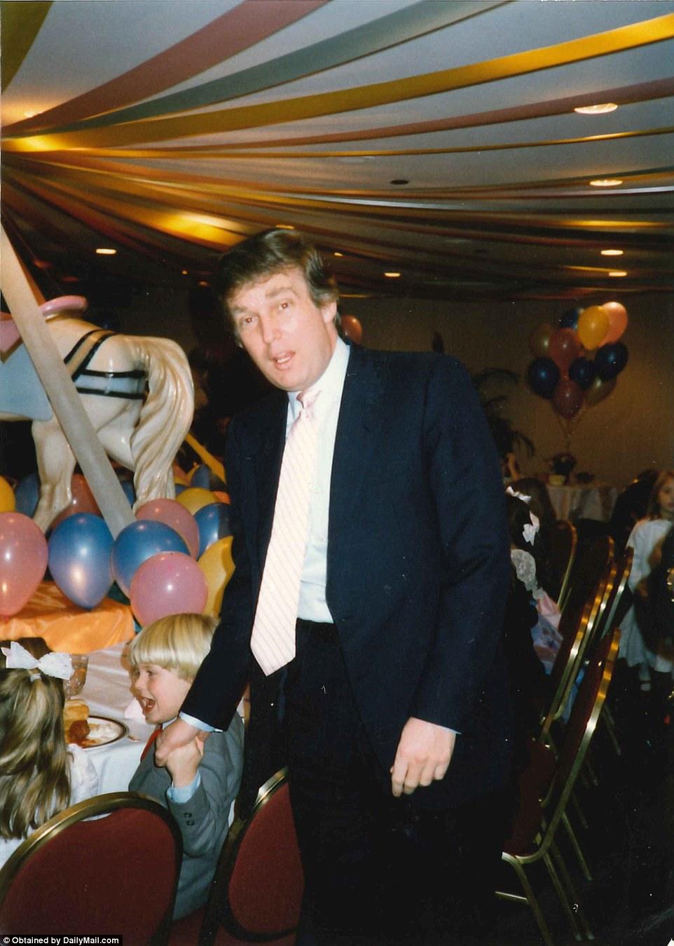Дональд Трамп держит за руку сына Эрика.