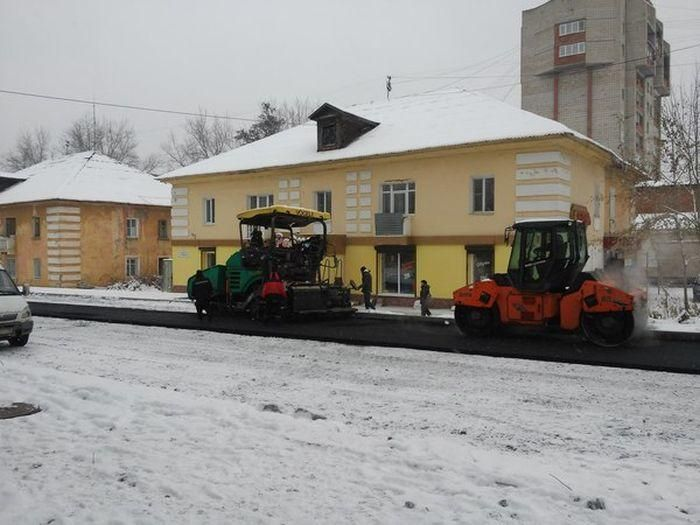 С первым снегом коммунальщики начинают активно класть асфальт