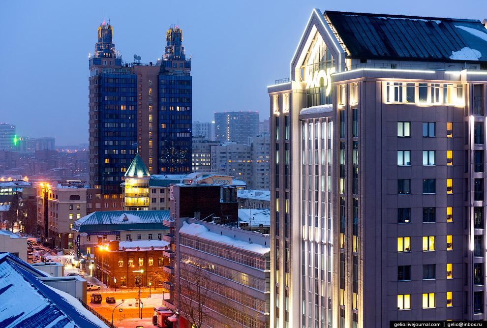 13. Площадь Свердлова и сквер Крячкова со скульптурой известного архитектора. Справа здание Пра