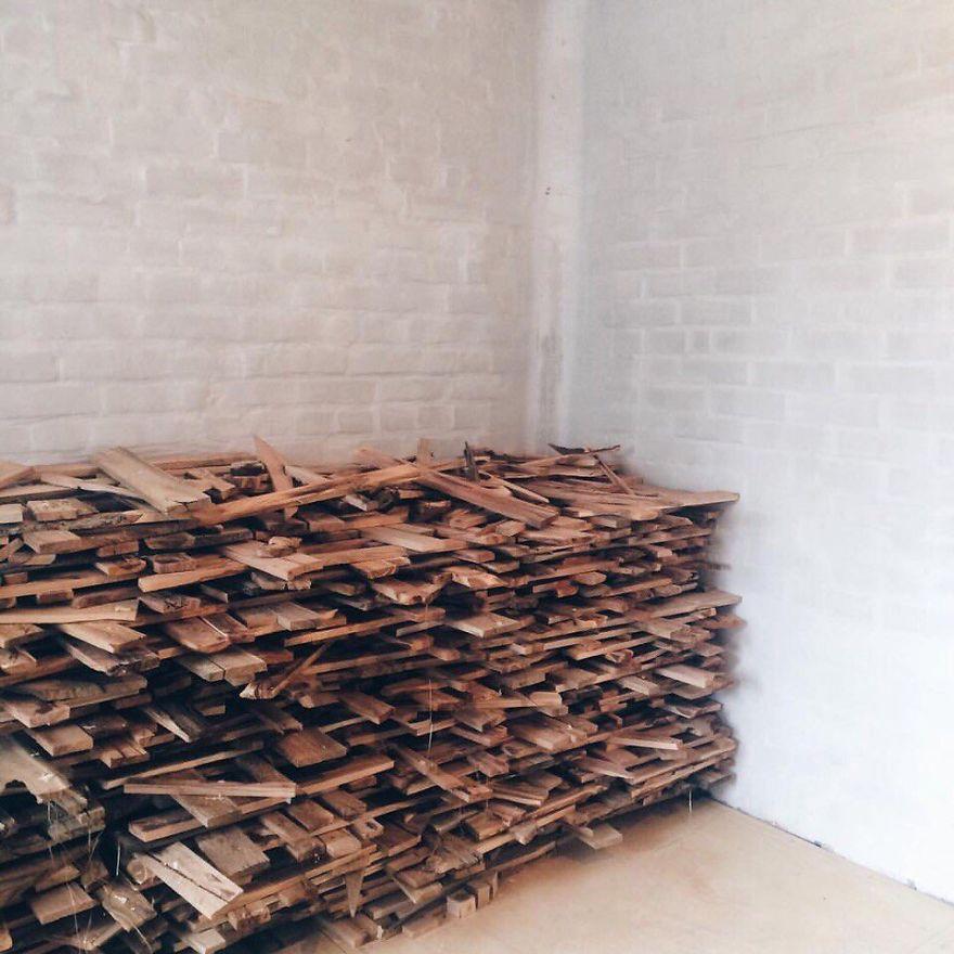 Российский дизайнер собирает деревянный пол своими руками из обычных досок (14 фото)