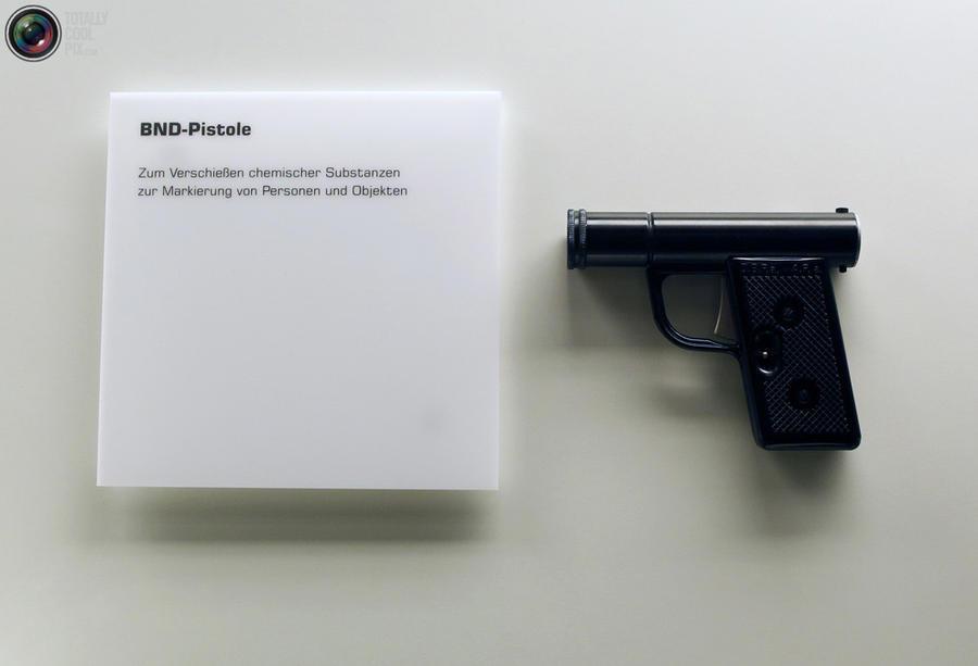 1. Пистолет, стреляющий химическими веществами, чтобы помечать людей и предметы, используемый Федера