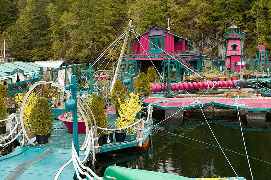 Пара потратила 20 лет на строительство плавучего чудо-острова для совместной жизни