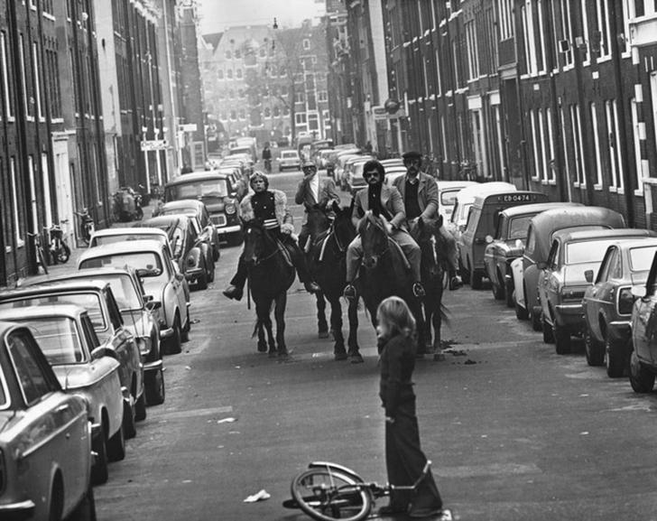 В 1973 в Амстердаме автомобильное вождение было под запретом из-за топливного кризиса. Но решение бы