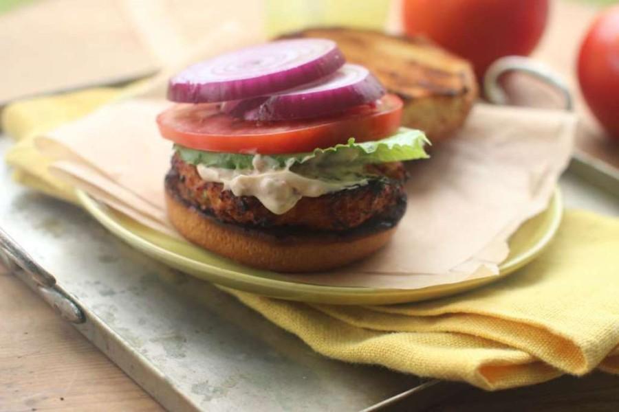 1. Откажитесь от покупки такой нездоровой пищи, как хот-доги и гамбургеры. Питаясь домашней пищей, в