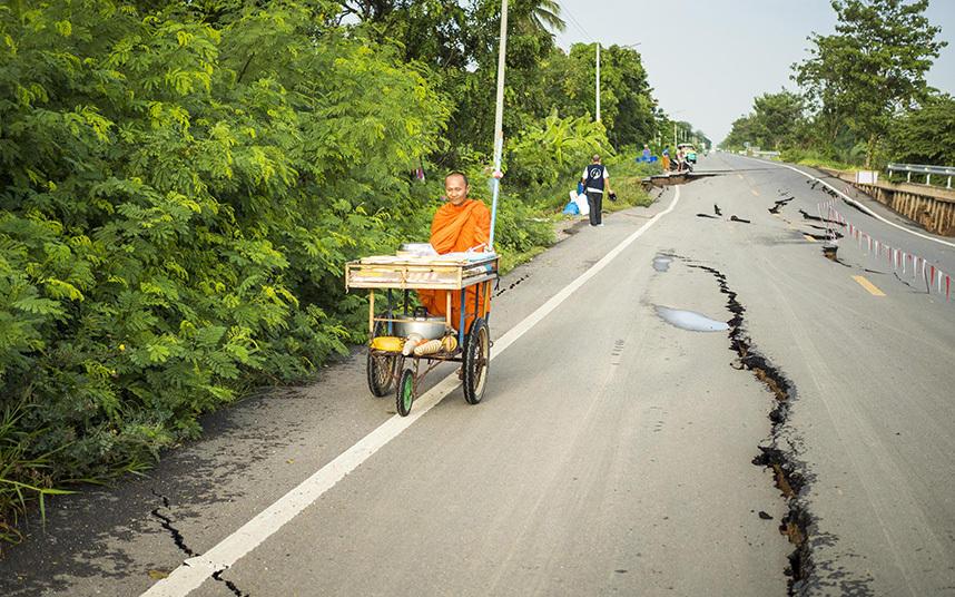 14. Поврежденная дорога в провинции Патхумтхани.