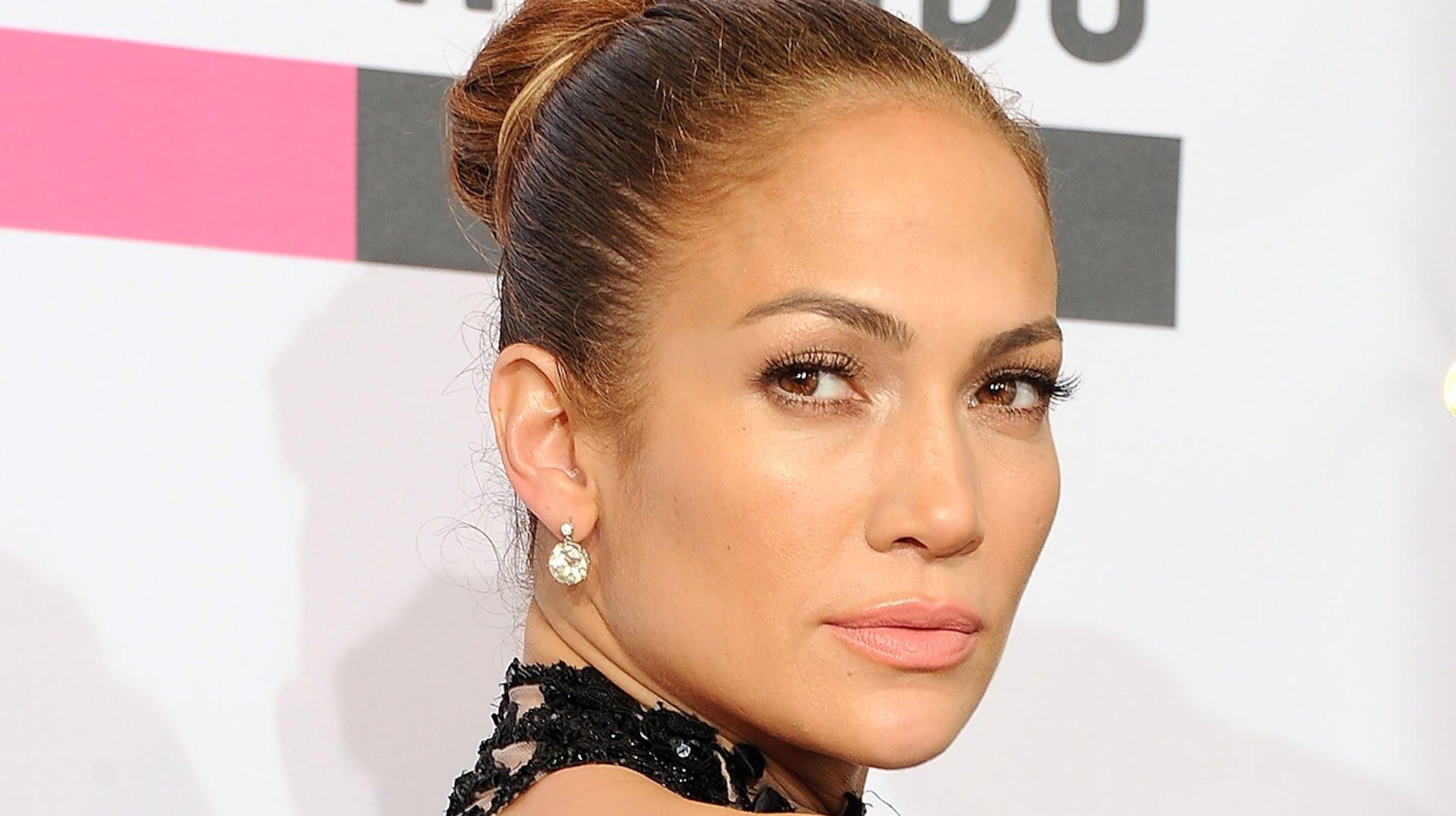 Третье место заняли брови американской певицы и актрисы Дженнифер Лопес.