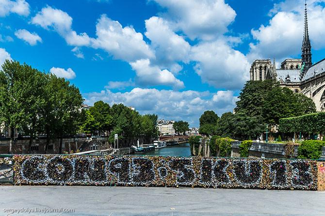 7. Замки висят так плотно, что кто-то нарисовал даже граффити!