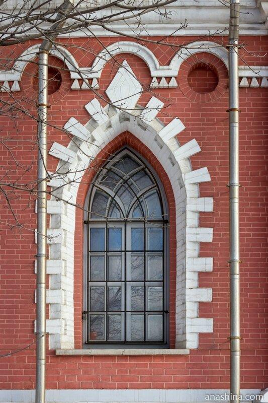 Готическое окно, Петровский путевой дворец