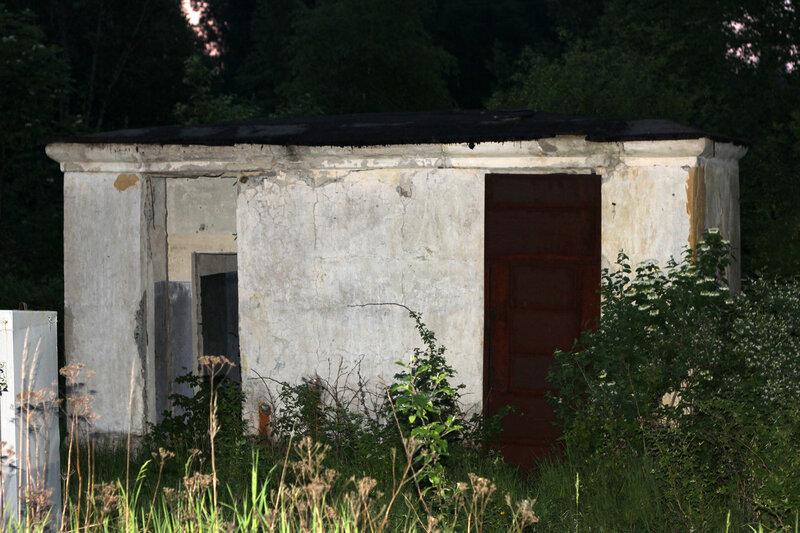 Туалет на бывшей станции Помельница - единственное станционное сооружение. Здание ДСП и стрелочные посты разрушены до фундамента в траве.