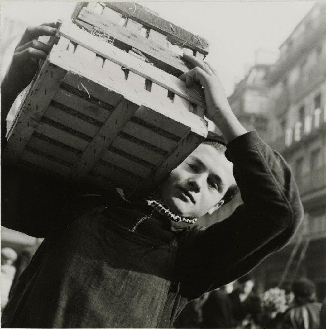 Ле-Аль. Юноша, несущий деревянный ящик на плече
