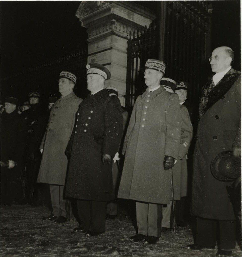 Церемония возвращения праха Наполеона II в Дом инвалидов в декабре 1940. Присутствует адмирал Дарлан, министр морского флота и Ланжерон, префект полиции