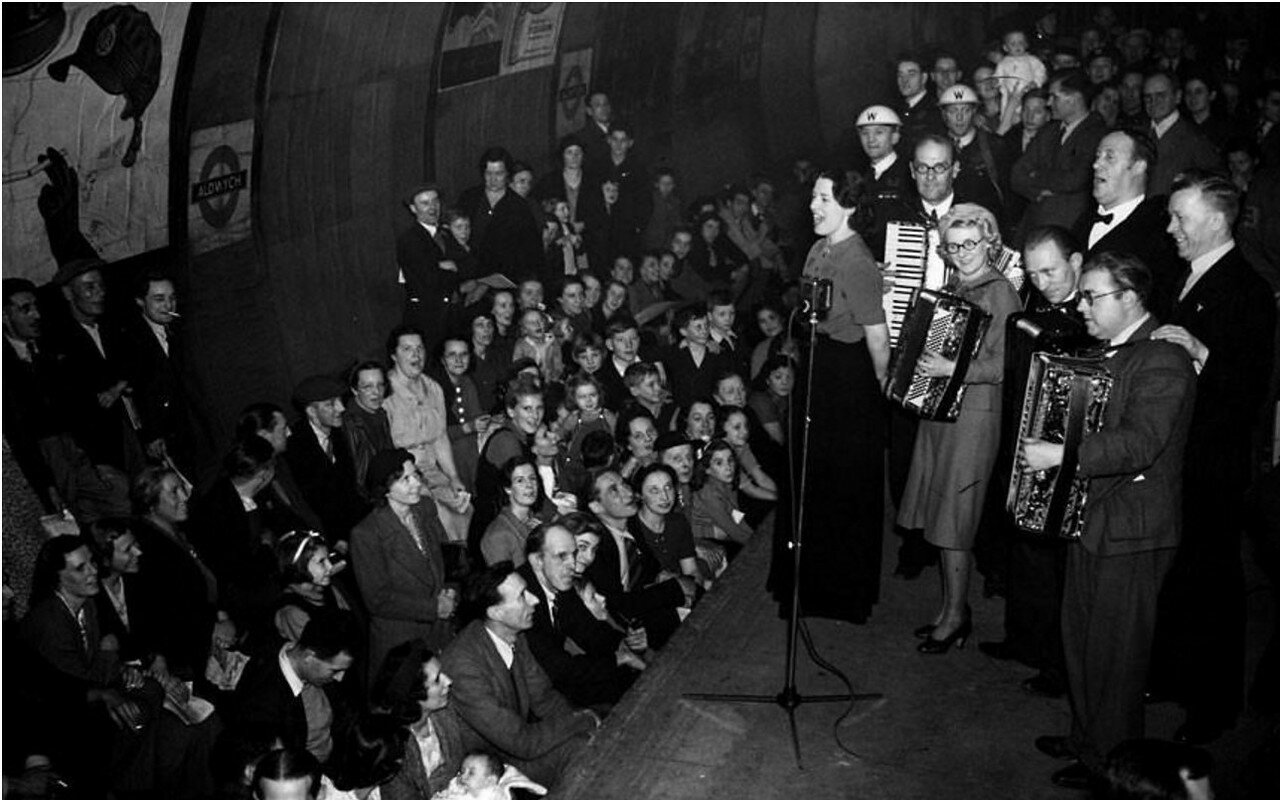 1940. Концерт членов общественной организации ENSA на станции Олдвич во время воздушного налёта