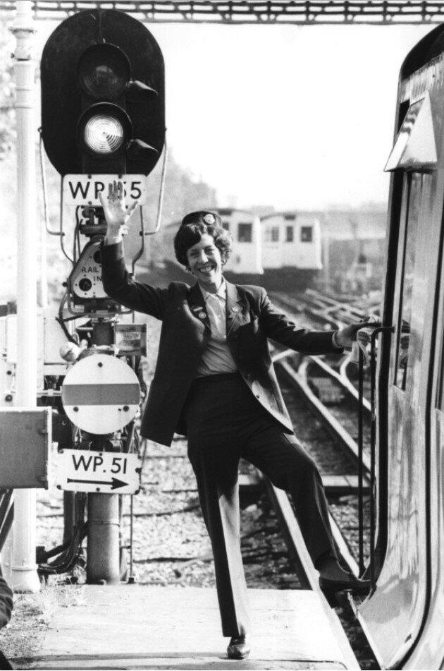1978. Энн Доддс, первая  женщина водитель компании готовится водить поезд метро, 6 октября