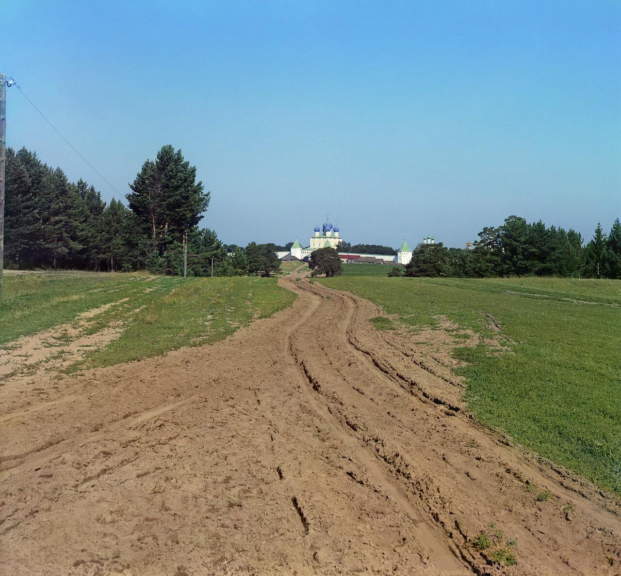Вид с дороги на Борисоглебский монастырь