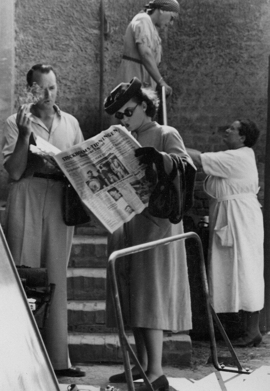 Шведская актриса Зара Леандер читает газету во время перерыва на студии УФА