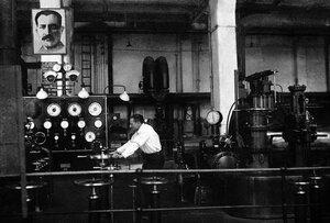 Челябинск. Машинный зал ЧГРЭС. Комсомолец Иван Зверев, один из первых турбомашинистов, у турбогенератора. 1934