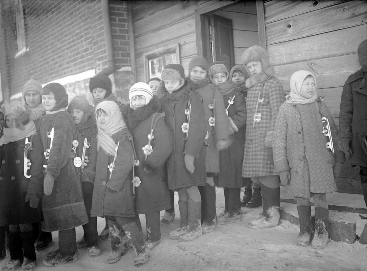 Челябинск. Образцовая школа № 5 (улица Воровского, 2). Вылазка на коньках. 1934