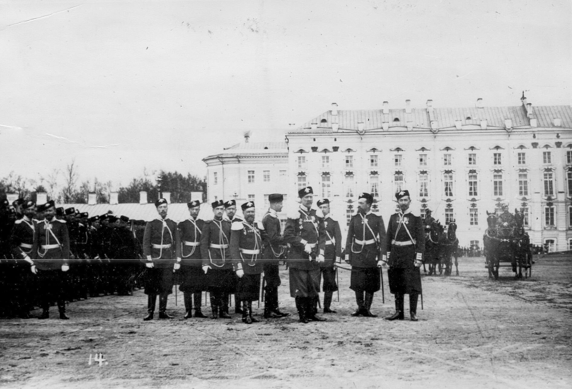 Группа офицеров лейб-гвардии стрелковой бригады на плацу перед началом парада