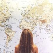 Девушка у карты