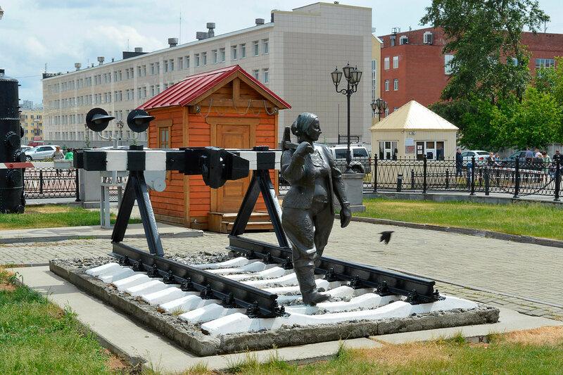 """Скульптура """"Женщина с кувалдой""""."""