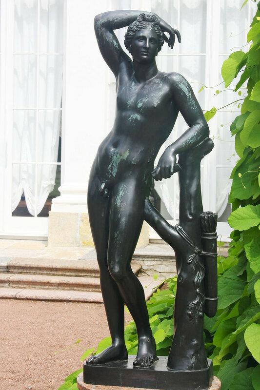 Бронзовая статуя Апполино у южного фасада Китайского дворца. Ораниенбаум