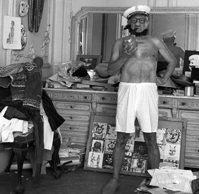 Пабло Пикассо в костюме Моряка Попая, 1957 год.