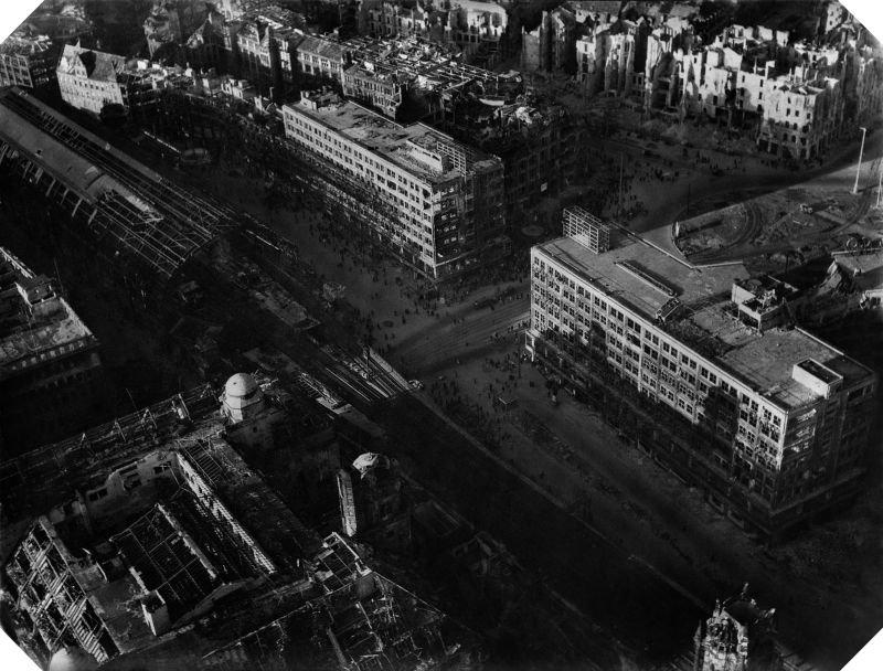 9. В последние дни войны многие здания вокруг площади Александерплац были уничтожены. Слева на фото