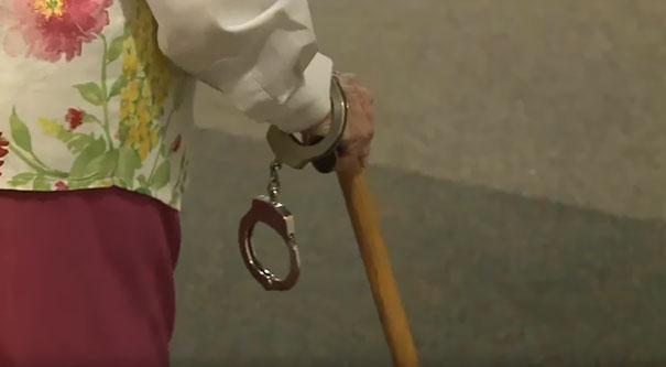 Один из обитателей дома престарелых, который дружит с офицером полиции, попросил своего друга помочь