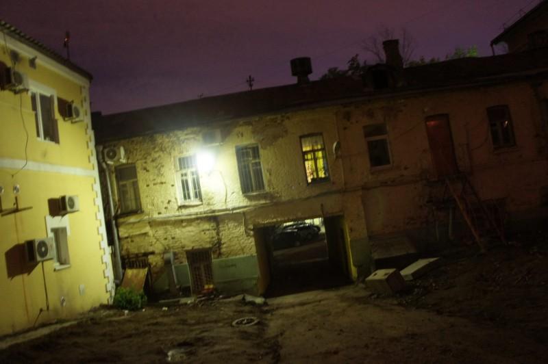 Тем временем ночь спускается на московские задворки. Но мародер видит и во тьме своими покрасневшими