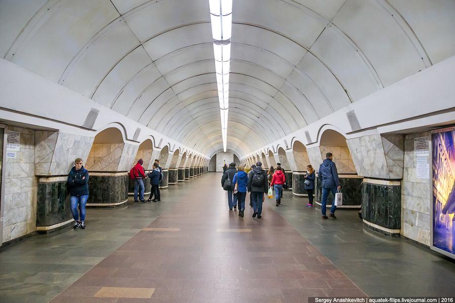 15. Подвижной состав метро, как и маршрутки, довольно изношенный...