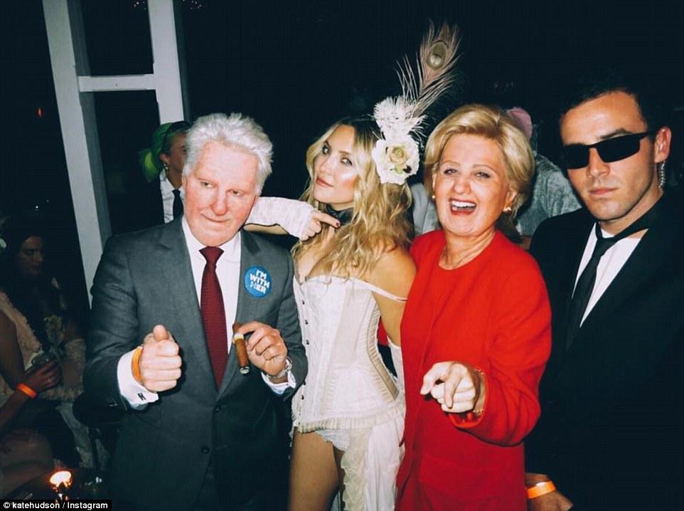 Певица Кэти Перри в образе Хиллари Клинтон.